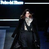 Traje de rayas diplomáticas y abrigo largo en el desfile otoño/invierno 2020-2021 de Pedro del Hierro