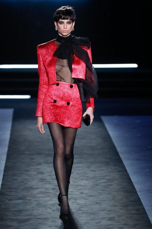 Dos piezas con americana corta y mini falda en tejido brillante rojo en el desfile otoño/invierno 2020-2021 de Pedro del Hierro