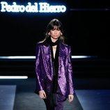 Total look violeta con americana de rayón y pantalón recto en seda en el desfile otoño/invierno 2020-2021 de Pedro del Hierro