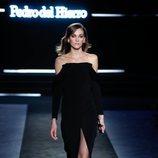 Vestido de noche en terciopelo negro en el desfile otoño/invierno 2020-2021 de Pedro del Hierro