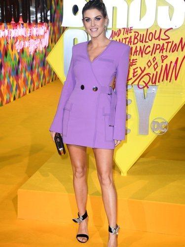 Ashley James con un vestido estilo blazer lila en la Premiere de la película 'Birds of prey' en Londres