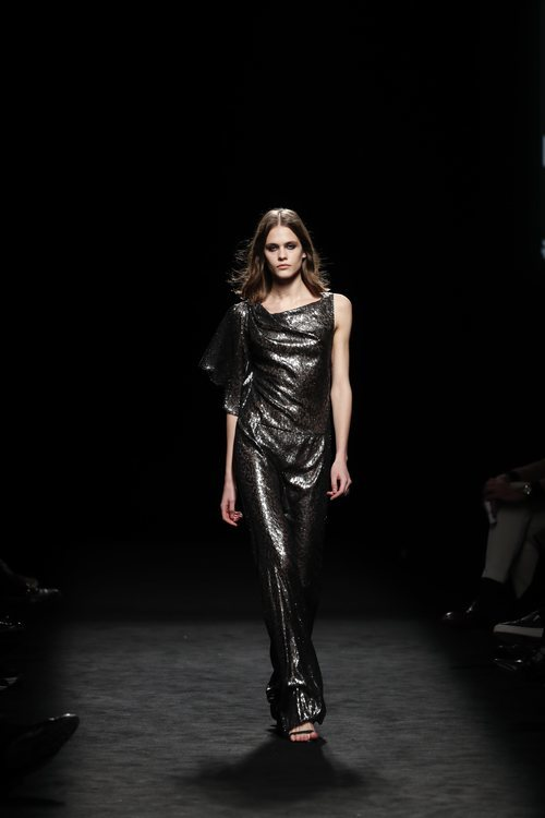 Vestido largo de lamé con estampado de leopardo en el desfile otoño/invierno 2020-2021 de Roberto Torretta