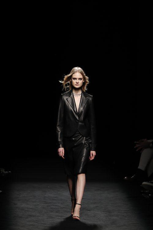 Dos piezas de americana y falda midi efecto piel en el desfile otoño/invierno 2020-2021 de Roberto Torretta