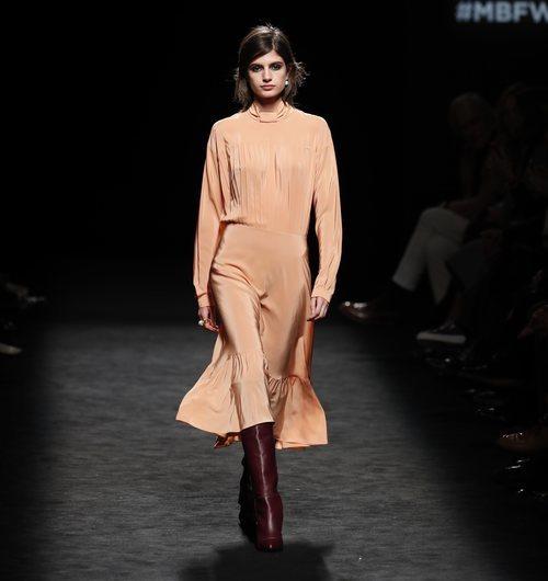 Vestido satinado en color naranja en el desfile otoño/invierno 2020-2021 de Roberto Torretta