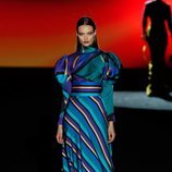 Vestido de estampado de rayas en el desfile otoño/invierno 2020-2021 de Hannibal Laguna