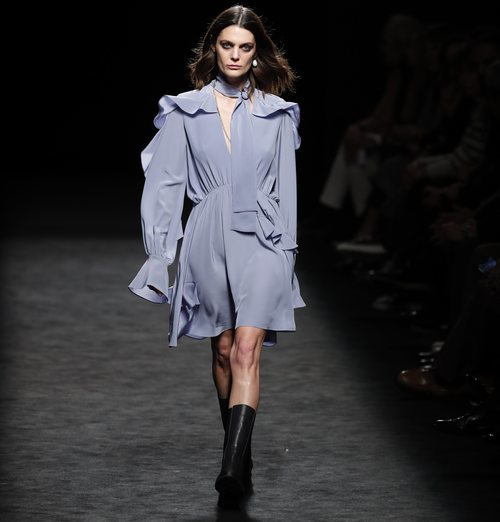 Vestido satinado azul porcelana en el desfile otoño/invierno 2020-2021 de Roberto Torretta