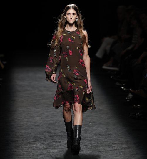 Vestido asimétrico en marrón con flores en el desfile otoño/invierno 2020-2021 de Roberto Torretta