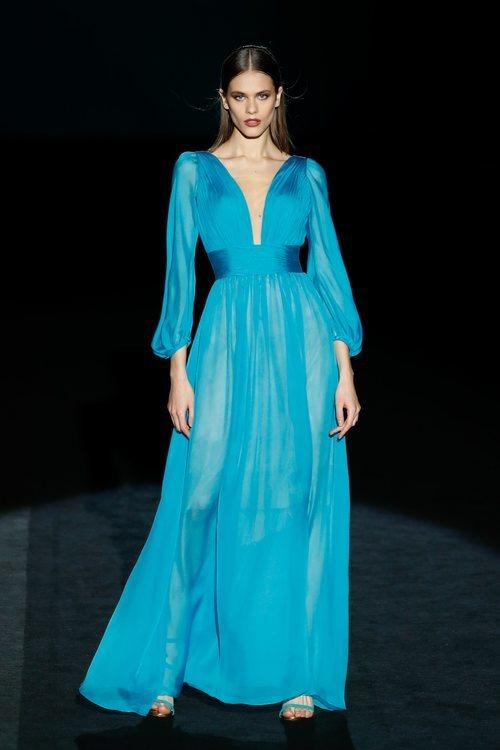 Vestido de seda azul en el desfile otoño/invierno 2020-2021 de Hannibal Laguna