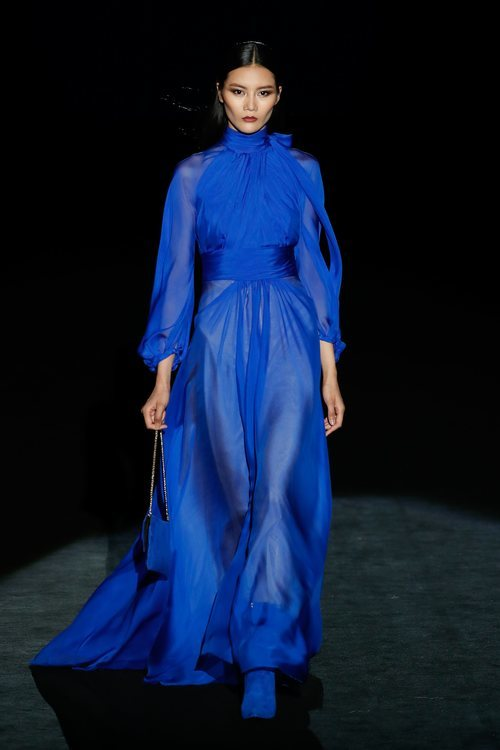 Vestido azul eléctrico en el desfile otoño/invierno 2020-2021 de Hannibal Laguna