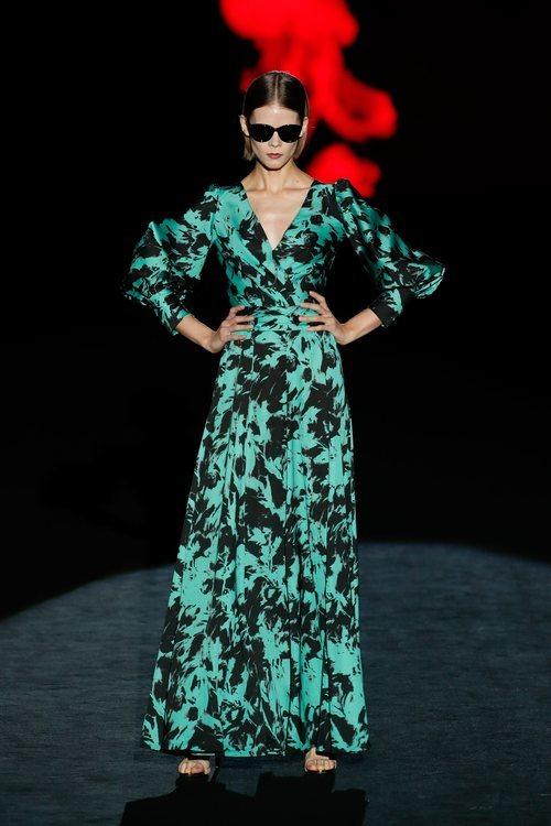 Vestido verde estampado en el desfile otoño/invierno 2020-2021 de Hannibal Laguna