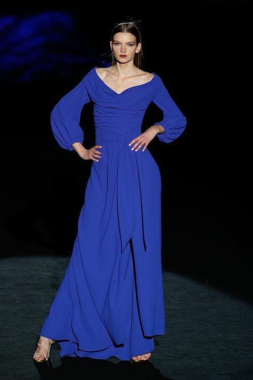 Vestido azul en el desfile otoño/invierno 2020-2021 de Hannibal Laguna