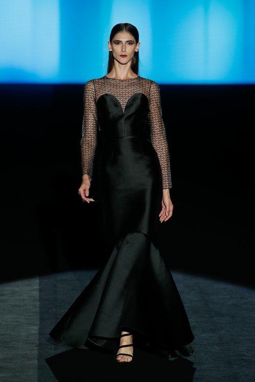Vestido negro en el desfile otoño/invierno 2020-2021 de Hannibal Laguna