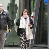 Maisie Williams con un atuendo descuidado en el aeropuerto de Londres
