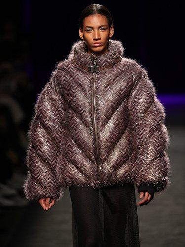 Abrigo acolchado cubierto de pequeños flecos en el desfile otoño/invierno 2020-2021 de Custo Barcelona