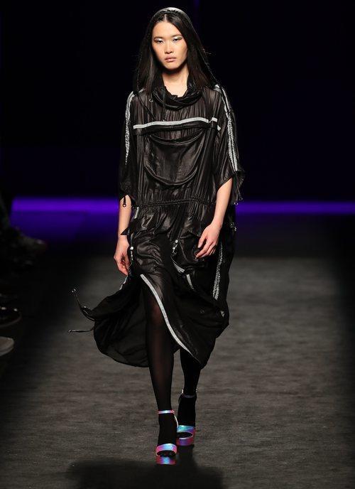 Vestido de nylon estilo deportivo en el desfile otoño/invierno 2020-2021 de Custo Barcelona