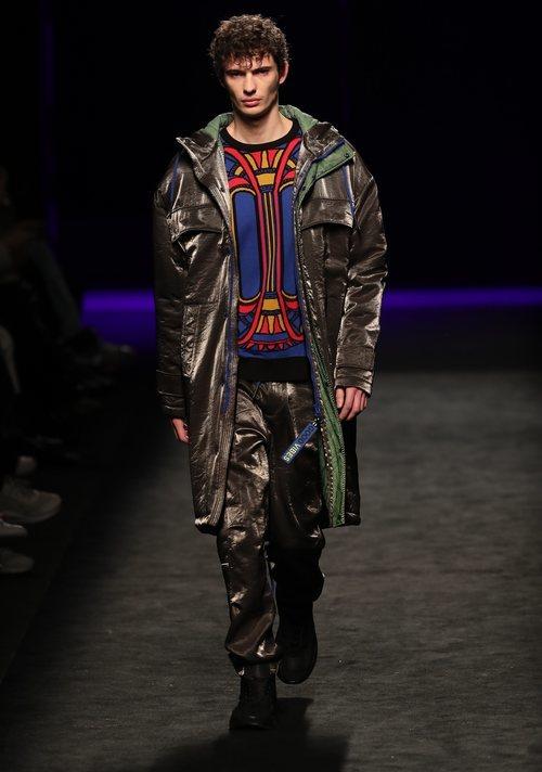 Conjunto masculino de prendas holográficas en el desfile otoño/invierno 2020-2021 de Custo Barcelona
