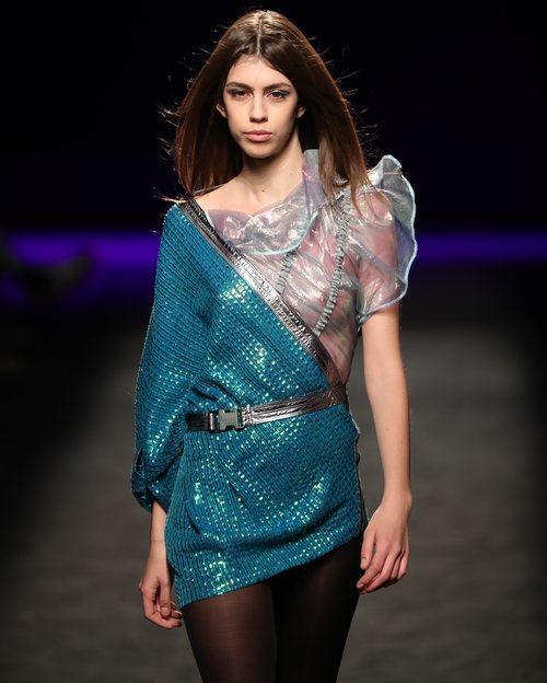 Vestido asimétrico con mezcla de materiales iridiscentes en el desfile otoño/invierno 2020-2021 de Custo Barcelona