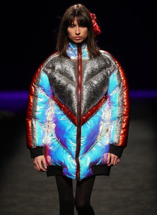 Abrigo acolchado con materiales iridiscentes en el desfile otoño/invierno 2020-2021 de Custo Barcelona