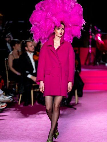 Abrigo estructurado en rosa fucsia en el desfile otoño/invierno 2020-2021 de Pertegaz