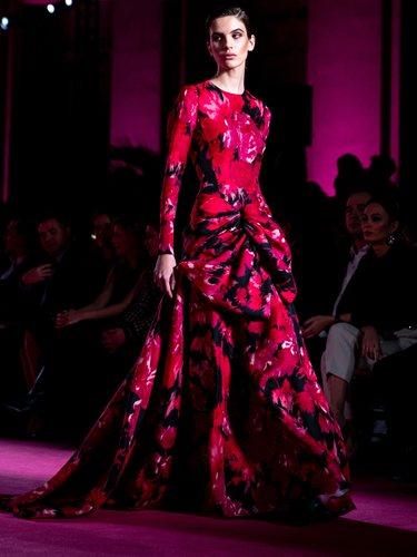 Vestido largo con estampado de flores en el desfile otoño/invierno 2020-2021 de Pertegaz