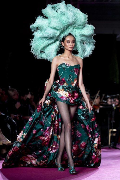 Vestido largo asimétrico con estampado de flores en el desfile otoño/invierno 2020-2021 de Pertegaz