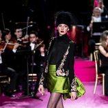 Chaqueta bordada y mini falda de raso en el desfile otoño/invierno 2020-2021 de Pertegaz