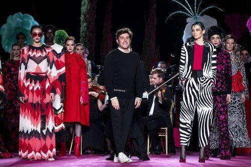 Jorge Vázquez junto al carrusel de modelo en el desfile otoño/invierno 2020-2021 de Pertegaz