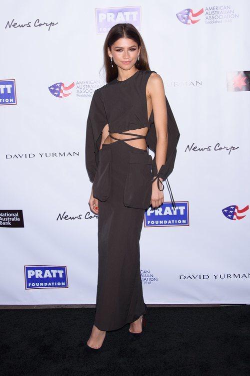 Zendaya con un vestido con aberturas marrón en los Premios de Artes de la Asociación Australiana Americana 2020