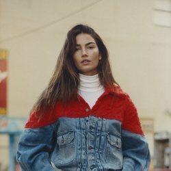 La modelo Lily Aldridge con chaqueta vaquera y estampado de Levi's