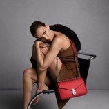 Irina Shyak posa con bolso rojo de Calvin Klein