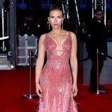 Scarlett Johansson con un vestido en color rosa en los Premios BAFTA 2020