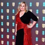 Rebel Wilson, de negro y rojo en los Premios BAFTA 2020