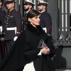 La Reina Letizia apueta por el blanco y negro y el estampado de serpiente en la Apertura de la XIV Legislatura