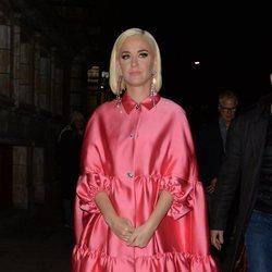 Katy Perry con un total look pink