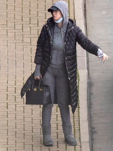 Katy Perry aterriza en el aeropuerto de Londres de incognito