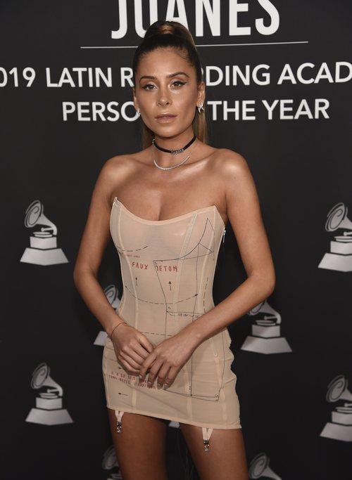 Cami con un mini vestido nude en la alfombra roja del premio Persona del Año 2019 en los Grammy Latino