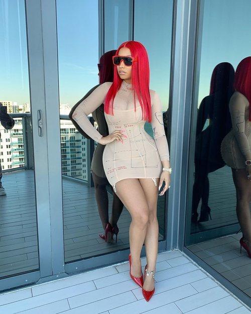 Nicki Minaj con un mini vestido nude en la terraza de su casa