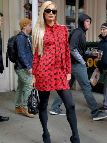 Paris Hilton con un vestido a cuadros en Nueva York