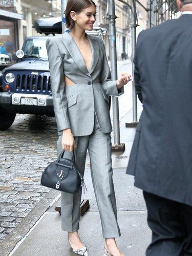 Kaia Gerber en Nueva york con un dos piezas gris