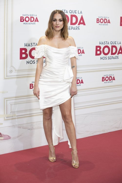 Silvia Alonso con un vestido blanco drapeado
