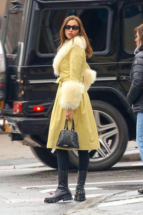 Irina Shayk con un abrigo amarillo de piel de cordero y pelo de zorro ártico