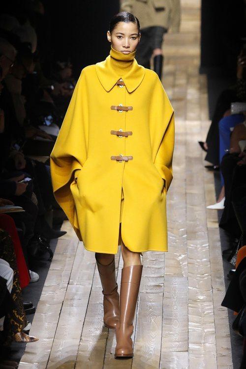 Abrigo de paño y botas de cuero otoño/ invierno 2020 de Michael Kors
