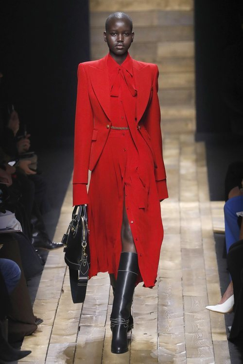 Vestido y blazer en color rojo otoño/ invierno 2020 de Michael Kors