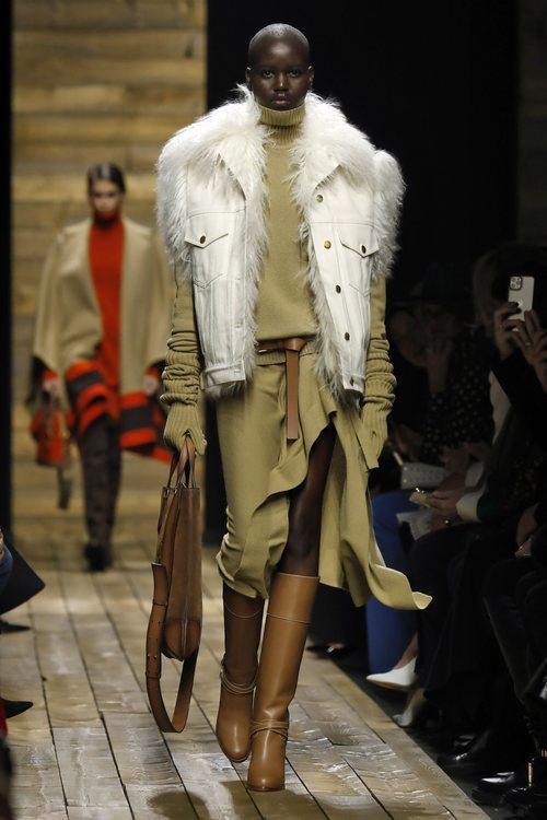 Conjunto camel y abrigo denim con pelo otoño/ invierno 2020 de Michael Kors