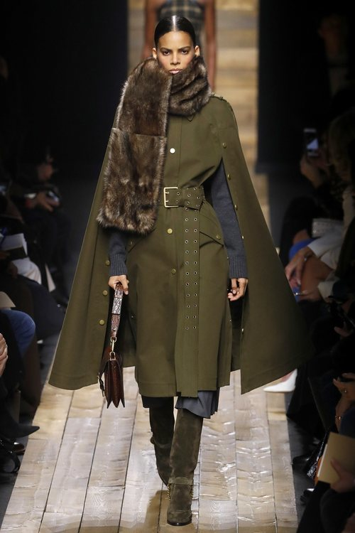 Abrigo de paño y bufanda otoño/ invierno 2020 de Michael Kors