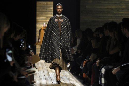 Capa y vestido otoño/ invierno 2020 de Michael Kors