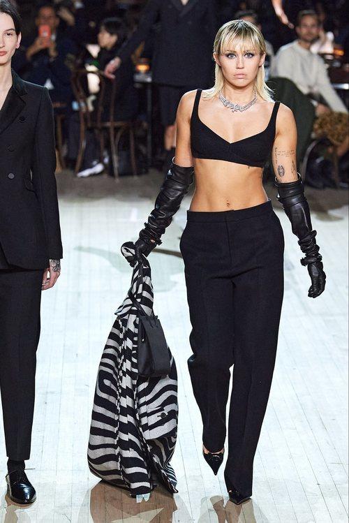 Miley Cyrus se sube a la pasarela del desfile otoño/ invierno 2020 de Marc Jacobs
