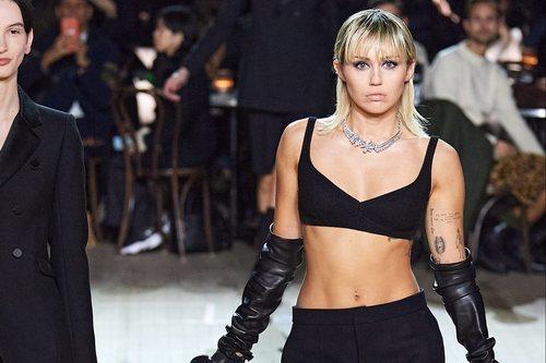 Miley Cyrus sobre la pasarela del desfile otoño/ invierno 2020 de Marc Jacobs
