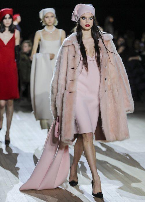 Abrigo y vestido combinado otoño/ invierno 2020 de Marc Jacobs
