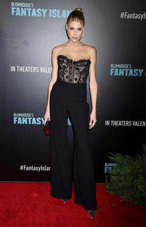 Charlotte Mckinney deslumbra con su total black en el estreno de la película Fantasy Island 2020